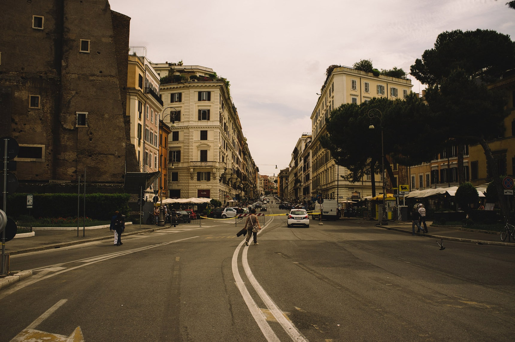 wedding photographer shooting the streets of rome