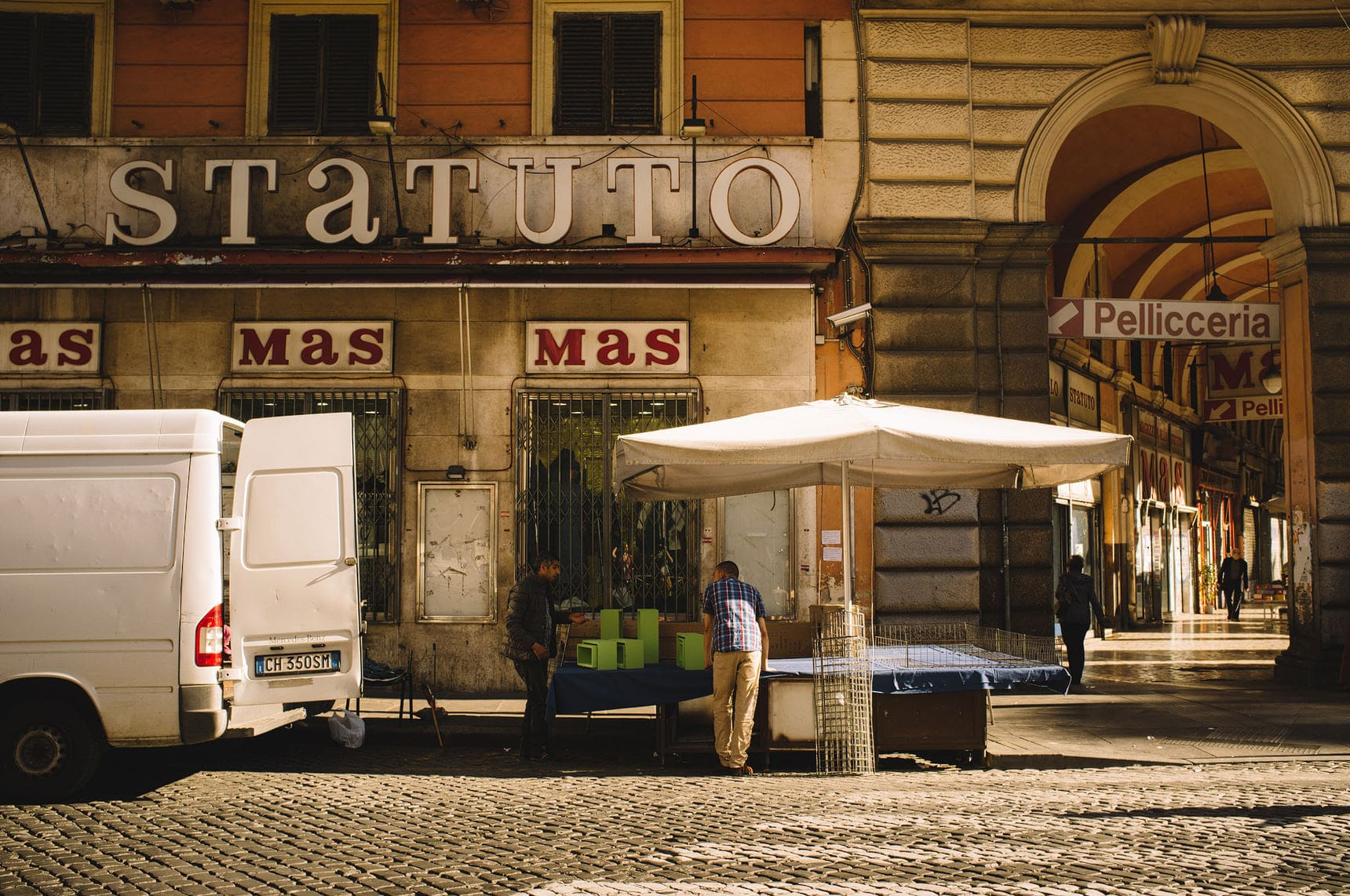 wedding photographer shooting the streets of italy rome